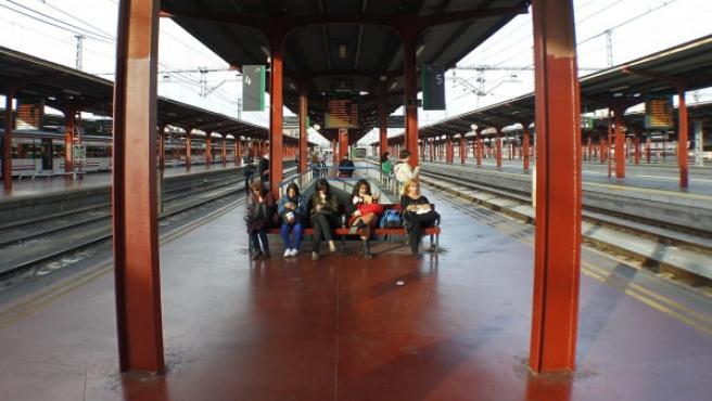 Viajeros esperan en la estación de Chamartín (Madrid).