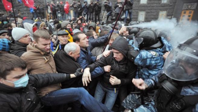 Incidentes en la protesta masiva en Kiev, Ucrania, contra el acuerdo comercial con la UE.