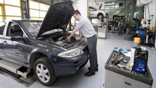 Un mecánico trabaja en un taller de coches.