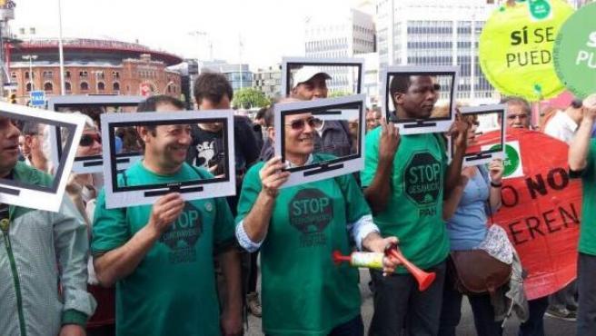 Miembros de la PAH con falsas pantallas de plasma han hecho 'escrache' al presidente del Gobierno, Mariano Rajoy.