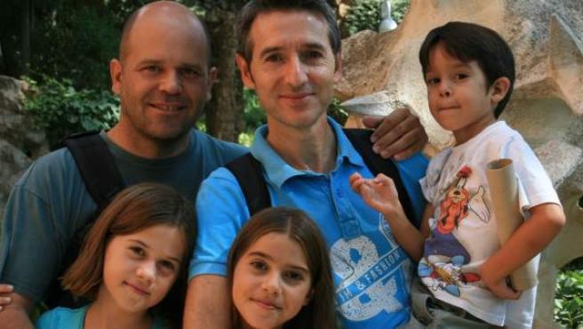 Manuel y Marcos con tres de sus cuatro hijos