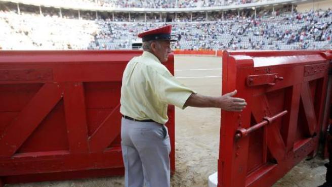 Un trabajador cierra la puerta antes de la última corrida de toros que tuvo lugar en la Monumental de Barcelona.