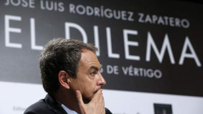 El expresidente de Gobierno José Luis Rodríguez Zapatero, durante la conferencia de prensa que ha ofrecido para presentar su libro 'El dilema'.
