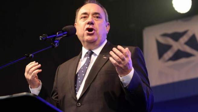 """Foto de archivo del ministro principal de Escocia, Alex Salmond, mientras da un discurso durante la celebración de """"La marcha por la independencia de Escocia"""" en Edimburgo."""