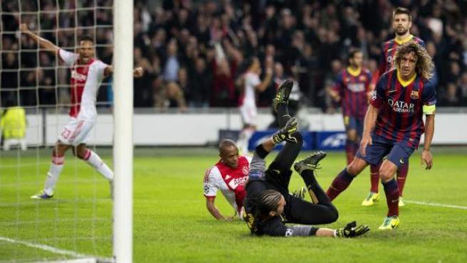 Pinto y Puyol no pueden evitar un gol del Ajax.