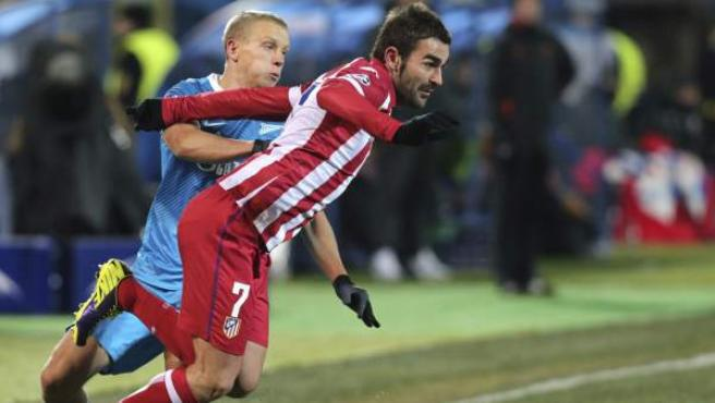 Adrián, autor del gol del Atlético en San Petersburgo, se marcha de Smolnikov, del Zenit, durante su compromiso de la quinta jornada de la fase de grupos de la Champions.