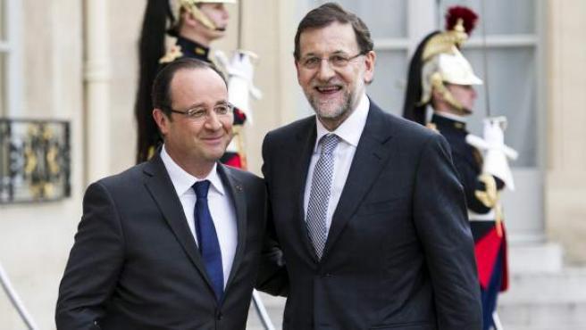 El presidente de Francia, François Hollande (i), recibe al jefe del Gobierno de España, Mariano Rajoy (d), en el Palacio del Elíseo de París (Francia).