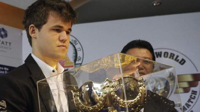 El ajedrecista Magnus Carlsen con el trofeo de campeón mundial.
