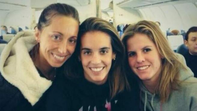 Ona Carbonell (centro), posa con Gemma Mengual (izquierda) y con Paula Klamburg instantes antes de iniciar un viaje hasta México para tomar parte en el Trofeo Mundial.