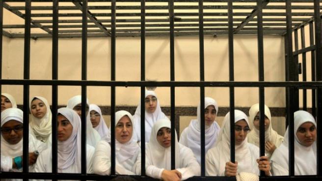 Imagen de las condenadas en Egipto por manifestarse y causar daños en la ciudad de Alejandría.
