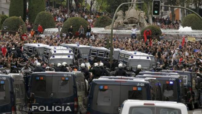 Gran número de personas en la plaza de Neptuno, en Madrid, en la protesta 'Rodea el Congreso' de la Coordinadora 25-S y la Plataforma ¡En Pie!