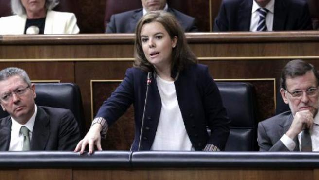 La vicepresidenta del Gobierno, Soraya Sáenz de Santamaría (c), en presencia del jefe del Ejecutivo, Mariano Rajoy (d), y del ministro de Justicia, Alberto Ruiz Gallardón (i).