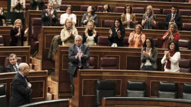 El ministro de Educación es aplaudido tras su intervención en el pleno del Congreso que ha dado luz verde al proyecto de Ley para la Mejora de la Calidad Educativa (Lomce).