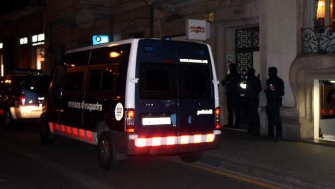 Agentes de los Mossos d'Esquadra custodiando la sede de UPyD en Barcelona.