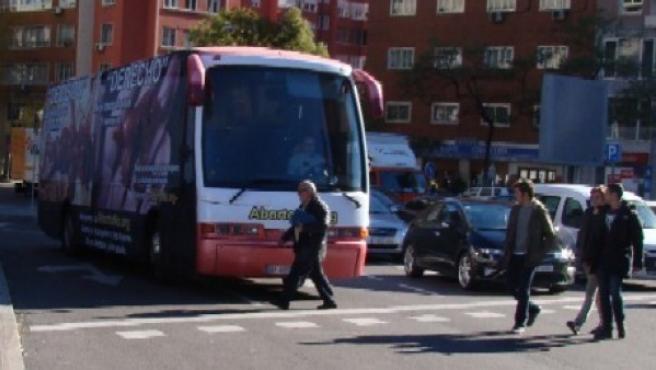 Imagen del autobús con imágenes de supuestos fetos ensangrentados.