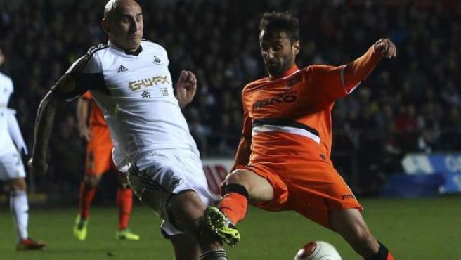 Hensey (izquierda) y Jonas pugnan por la posesión del balón durante el encuentro de Europa League entre el Swansea y el Valencia.