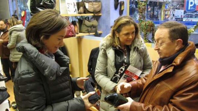 Gamarra, Ruiz-Alejos y Elena Eguizábal miran zapatos en el 'Black Friday' 2013