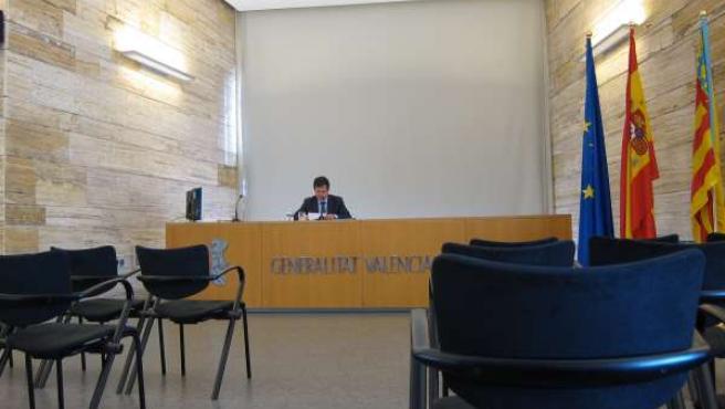Imagen de la sala de prensa vacía en Alicante con Císcar en la rueda de prensa