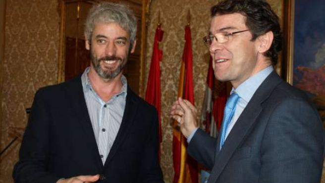 Martín Navarro recoge el premio de manos de Fernández Mañueco