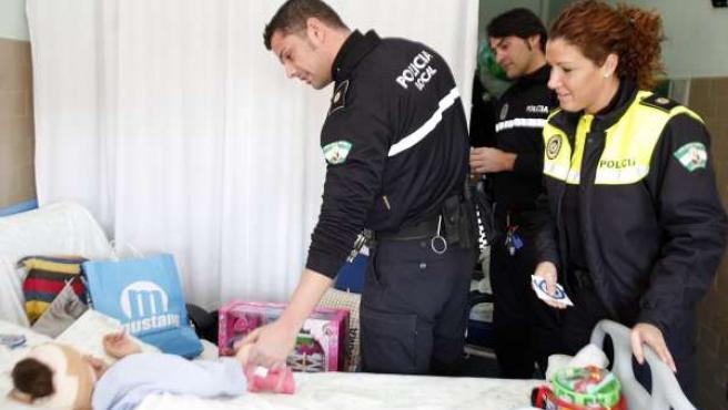 Policías locales en un hospital infantil