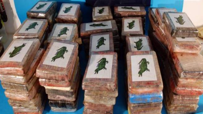 La droga se encontraba en varias mochilas camufladas en el interior de cinco cajas de fruta.