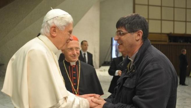 El papa Benedicto XVI (izq) con Maurizio Patriciello (dcha), el cura anti-Camorra.