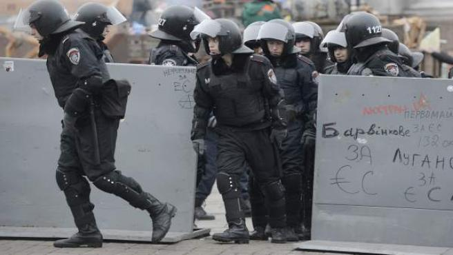 La policía antidisturbios ucraniana, tomando posiciones ante los manifestantes en la Plaza de la Independencia en Kiev, Ucrania.