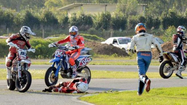 Damiano Romboni yace en el asfalto del circuito Sagittario de Latina, tras un accidente en el que perdió la vida.