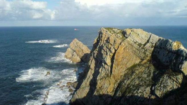 Las olas rompen en el asturiano Cabo Peñas.