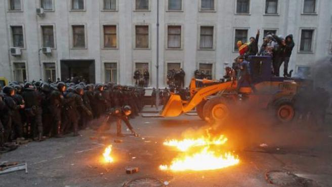 Pulso entre manifestantes proeuropeos, con una excavadora, y los agentes antidisturbios en Kiev, Ucrania.
