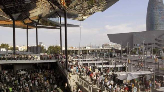Una multitud de curiososvisitan el mercado de antigüedades de los Encants Vells de Barcelona, que este miércoles estrenaba su nuevo emplazamiento. El nuevo edificio se distingue por su singular cubierta.