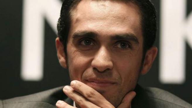Alberto Contador, durante la rueda de prensa en la que se confirmó la continuidad de Saxo Bank como patrocinador del equipo ciclista que él lidera para 2014.