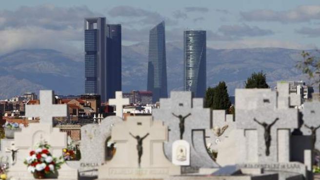 Tumbas en la meseta más elevada del cementerio de La Almudena, en Madrid.