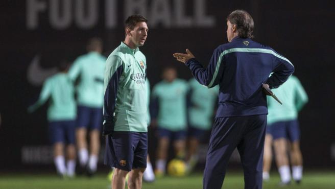 El Tata Martino y Messi dialogan en la etapa en la que coincidieron en el Barça.