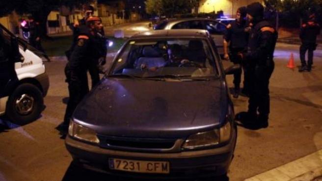 Uno de los controles que han llevado a cabo los Mossos d'Esquadra en la calle Avinyonet de Figueres.