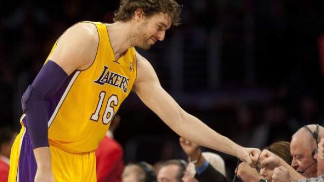 El jugador de Lakers Pau Gasol saluda antes de un partido de la NBA, en el Staples Center de Los Ángeles.