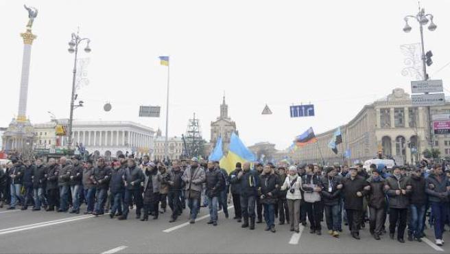 Miles de manifestantes proeuropeos, enganchados unos a otros en la plaza de la Independencia de Kiev, uno de los lugares donde el Gobierno de Ucrania les había prohibido manifestarse hasta el 7 de enero.