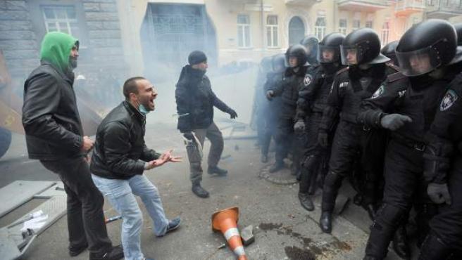 Momento de tensión entre los manifestantes proeuropeos y la policía antidisturbios en Kiev, Ucrania.