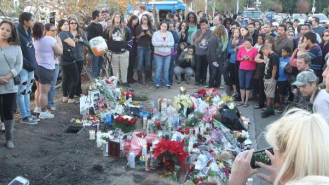 Tributo a Paul Walker en el lugar del accidente en Santa Clarita, Valencia (California).