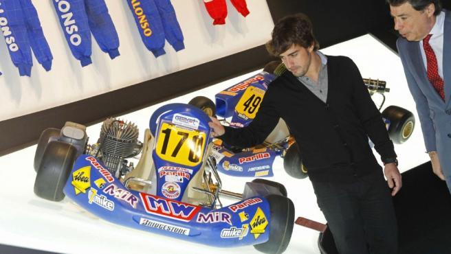 El piloto Fernando Alonso (2d), bicampeón del mundo de Fórmula 1, junto al presidente de la Comunidad de Madrid, Ignacio González, durante la inauguración de una exposición que recorre su vida deportiva.