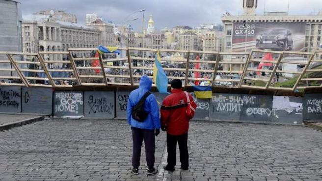 Manifestantes permanecen junto a las barricadas en la plaza de la independencia en Kiev (Ucrania).