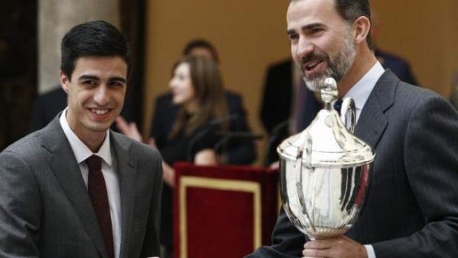 Joel González recoge del Príncipe Felipe el trofeo que le distingue como el Premio Nacional del Deporte 2012 en categoría masculina.