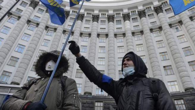 Manifestantes se concentran a las puertas de la sede del Gabinete de Ministros de Ucrania.