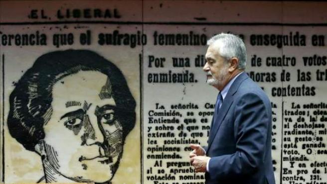 El senador del PSOE José Antonio Griñán, durante la reunión de la Comisión de Empleo y Seguridad Social del Senado sobre la reforma de las pensiones.