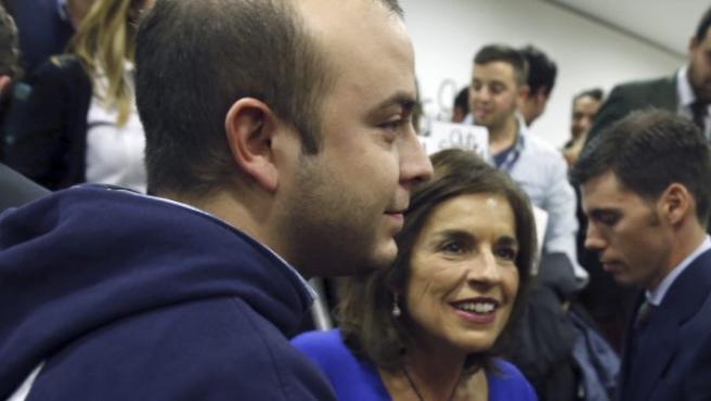 Ana Botella, junto al secretario general de de Nuevas Generaciones de Madrid, Ángel Carromero, durante un acto del Club Siglo XXI en Madrid.