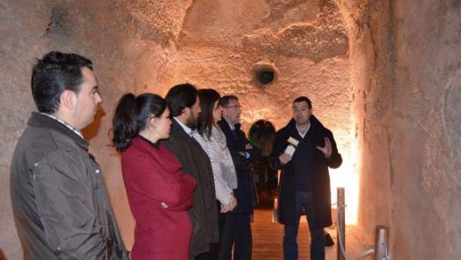 Gracia (al fondo a la izda.) en la visita a las cisternas romanas