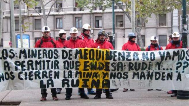 Mineros de Mequinenza protestan ante el edificio Pignatelli en Zaragoza