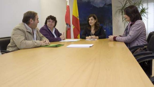La consejera de Sanidad con el alcalde de Luena