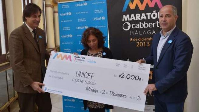 Caneda, Imbroda y Sánchez, en la entrega del cheque a Unicef.