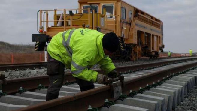 Un trabajador supervisa una de las vías